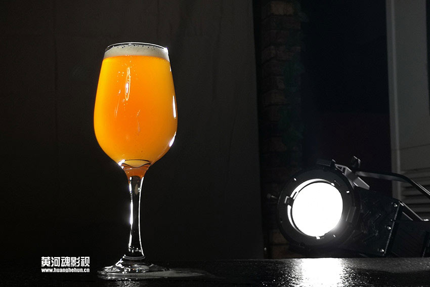 <font color='#0000FF'>啤酒广告拍摄花絮来啦!</font>